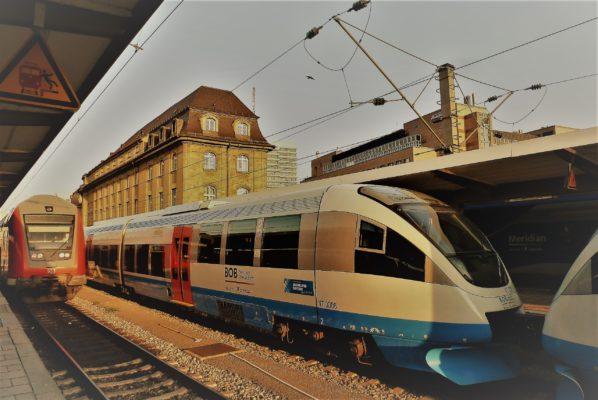 Ein Zug der Bayerischen Oberlandbahn (BOB) am Münchener Hauptbahnhof